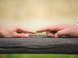 Είσαι παντρεμένος. Μη ζηλεύεις διαρκώς τη ζωή των αγάμων.
